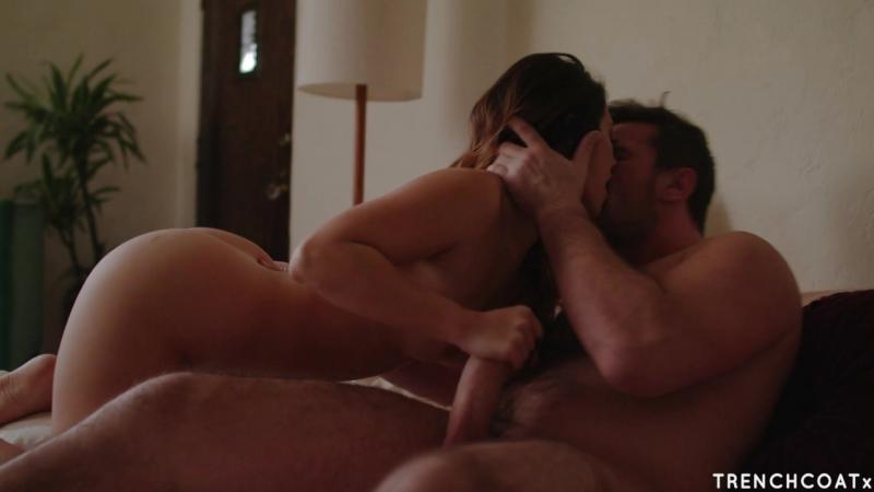 Парочка трахается смотря порно